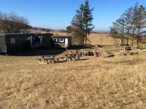 De ca. 20 år. gamle skurvogne som Naturbørnehaven Mols Bjerge benytter i dag.