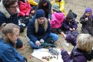 Studerende fra Den Skandinaviske Designhøjskole i dialog med børn fra Naturbørnehaven Mols Bjerge